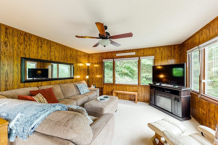 New listing! Adorable hideaway w/ deck, mountain views, and perfect location!
