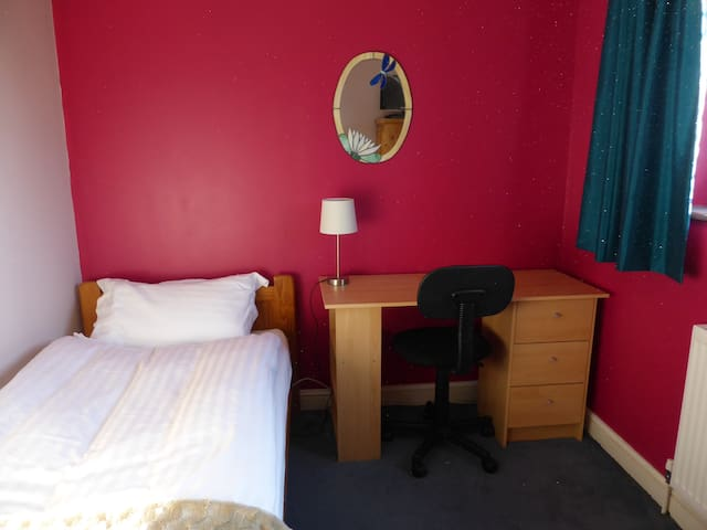 Bright room in Peaceful Area WB - West Bridgford - House