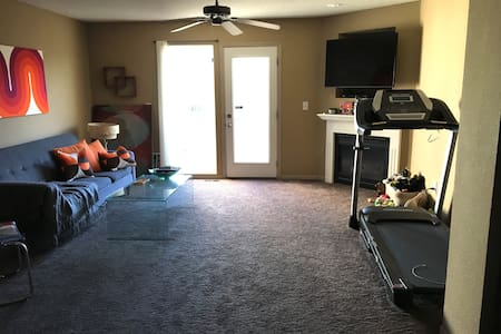 Private room/bathroom/new treadmill! - Platte City