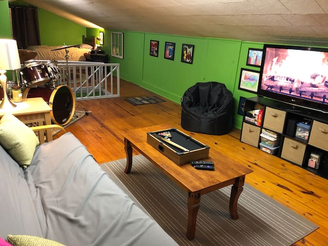 Upstairs Suite in Music-Lovers Home near Downtown