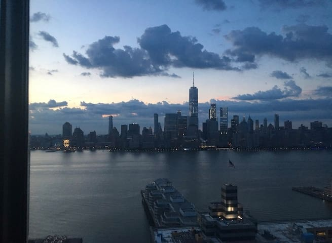 Cozy Studio View of Manhattan New Building