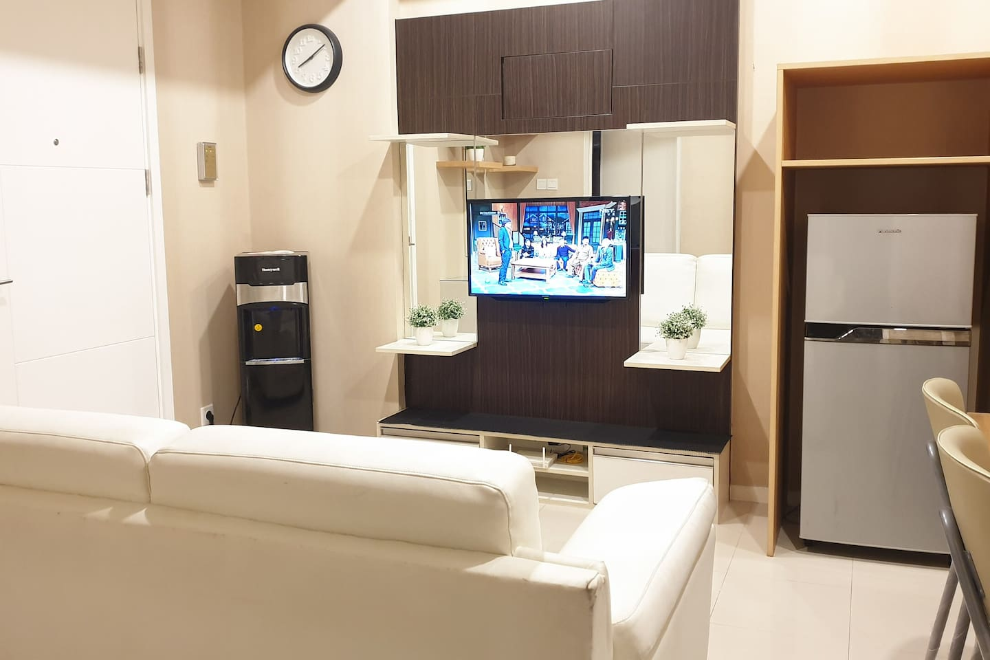 Enjoy CABLE TV while sitting in the sofa and also FREE HIGH SPEED WIFI 20 MBPS. Free water in hot and cold dispenser. Make yourself comfortable, and enjoy BANDUNG. Complete Facilities.