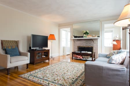 Spacious 3 Bedroom Condo -- Excellent for Families - Belmont - Appartement en résidence