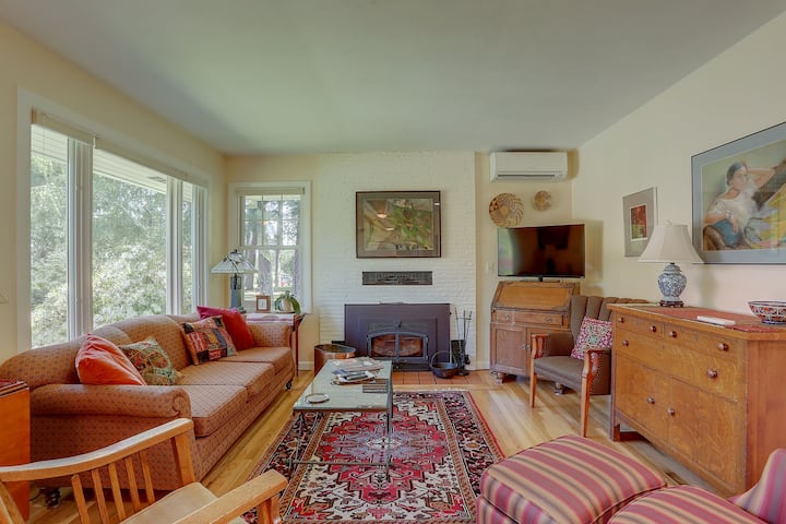 Living Color - Newly remodeled and updated private mid-century one level home