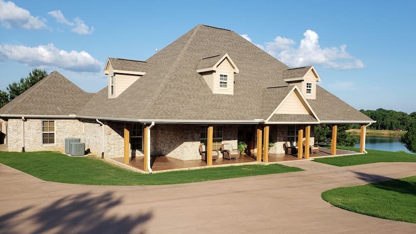 Spacious Lake Home- Book for Ole Miss Graduation!!