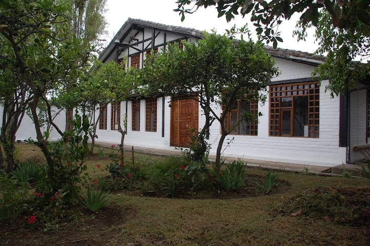 RUSTIC GUEST HOUSE NEAR THE AIRPORT - Quito - Bed & Breakfast