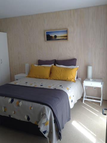 Queen bed & wardrobe