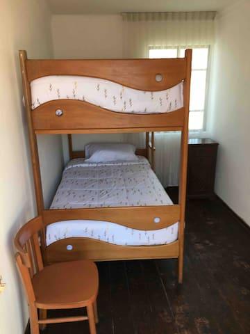 Dormitorio 2: Cama camarote  2 colchones paraíso 1 plaza y media Edredones y sábanas nuevas Silla y velador doble