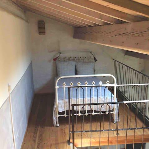 un lit double (140x200) sur la mezzanine