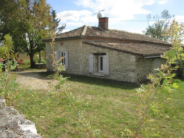 MAISON DE VACANCES DE CHARME AU CALME AVEC PISCINE - Montpezat-de-Quercy - House