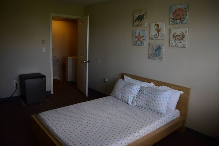 Room 2 blocks from Maverick T station!