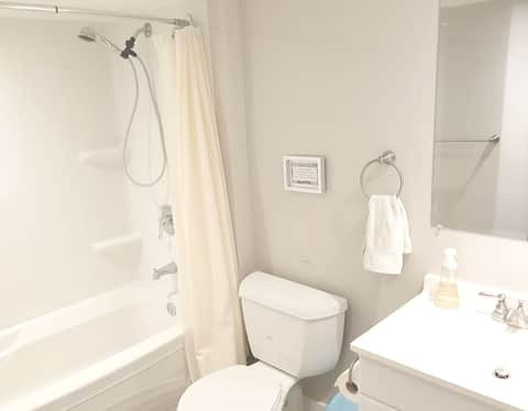 Tranquil Room & Private Bath in Cathedral Village