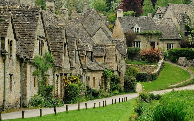 Beautiful Cotswold villages (Bibury here 32m; Stow-on-the-Wold 23m; Bourton-on-the-Water 25m; Burford wildlife park 41m).