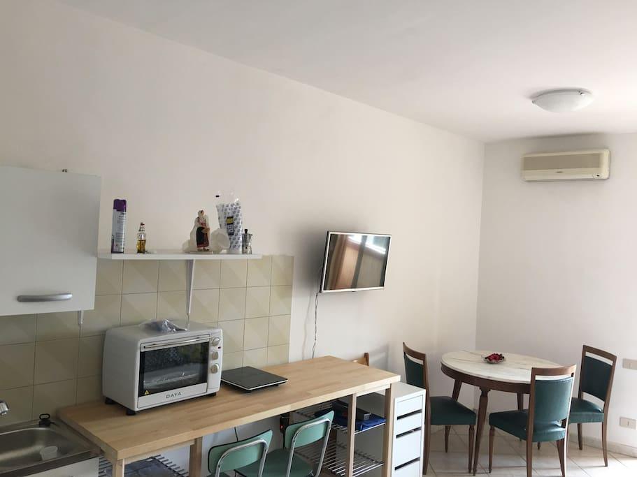 Soggiorno con punto cottura ( living room with kitchen area )