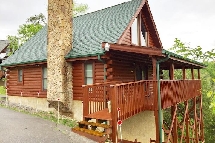 Cozy Log Cabin w/Mountain View
