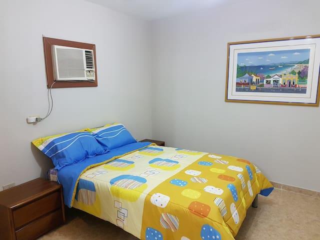Apartamento muy confortable, con aire acondicionado, TV cable, WIFI banda ancha, cama matrimonial,  buen colchón y buenas almohadas para un buen descanso. Con lenceria de cama. Agua 24H.