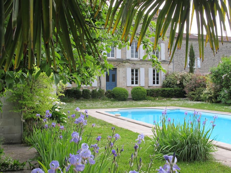 Vue de la maison près de la piscine View of the house