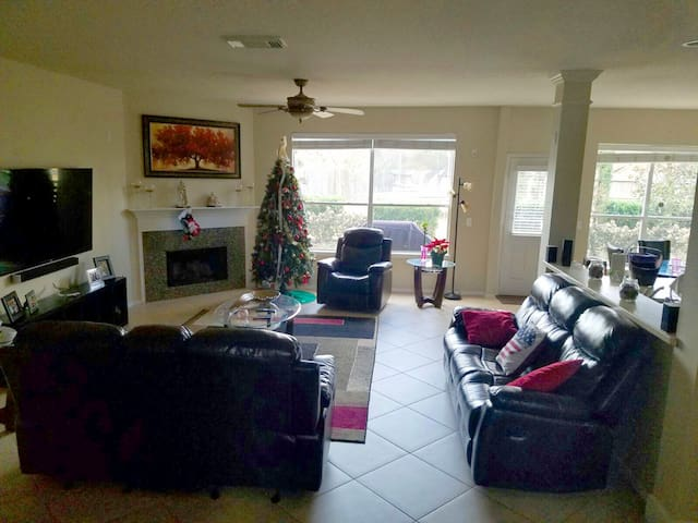 Cozy 2 Twin beds bedroom with a lot of Amenities