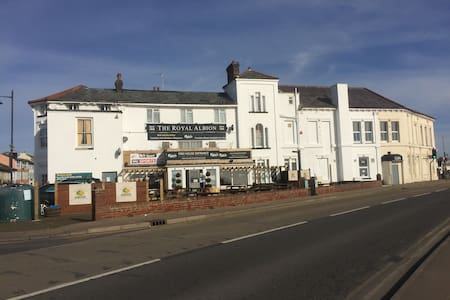 The Royal Albion, Family room (ensuite) - Walton on the Naze - Bed & Breakfast