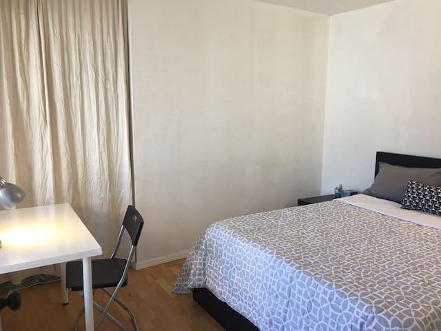 U4#位于一楼的安静温馨私人房间,楼下有0.5个卫浴,淋浴需要上二楼。