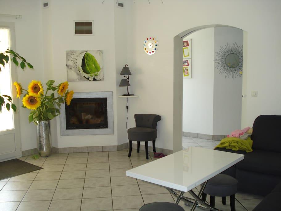 coin salle à manger avec grand canapé d'angle (6 places et poufs en plus)