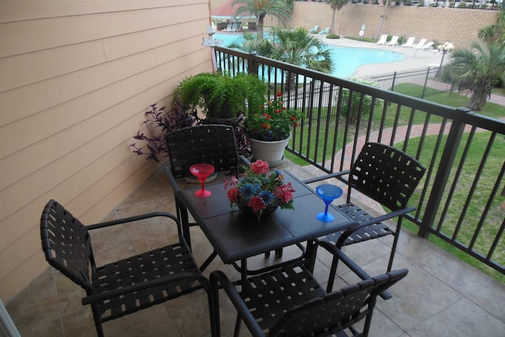 Cheery dog-friendly getaway w/hared pool, fitness center & hot tub