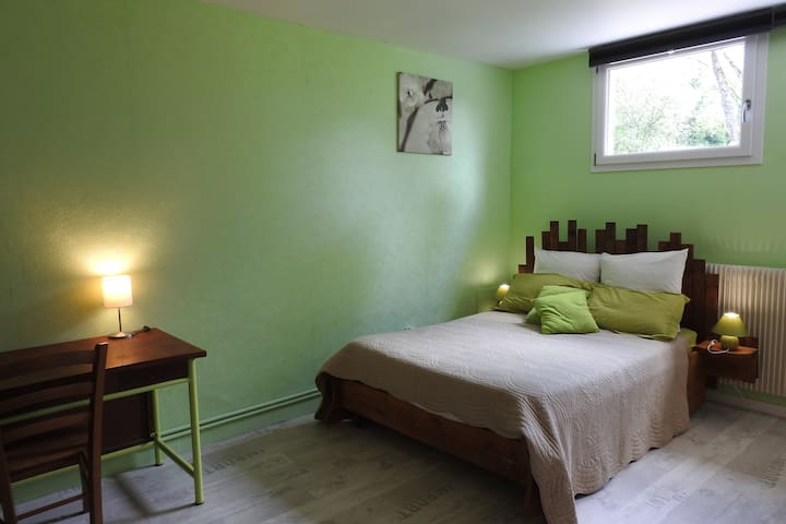 La C1, chambre avec un lit double, un canapé lit et une salle de bain privée.