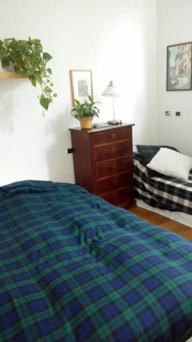 camera con due letti: uno singolo e uno da una piazza e mezzo