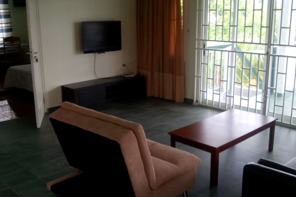 woonkamer met wifi en flatscreen
