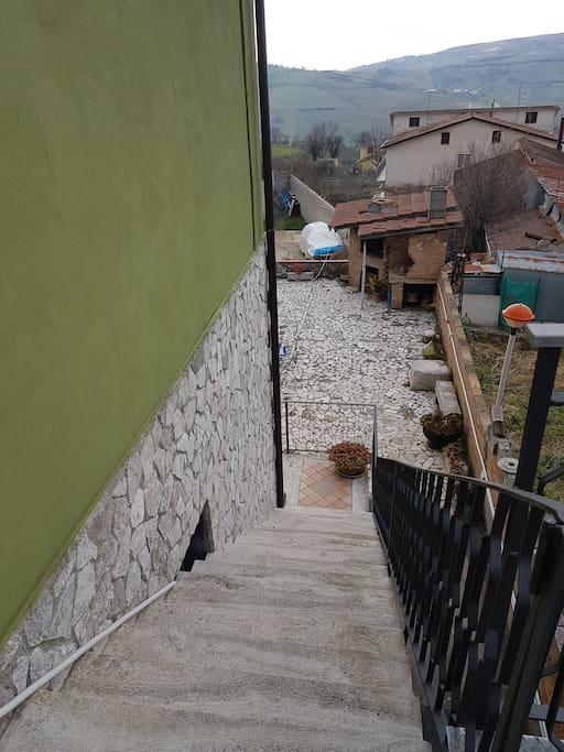 Scala che porta all'ingresso della casa Stairs to get you to the entrance