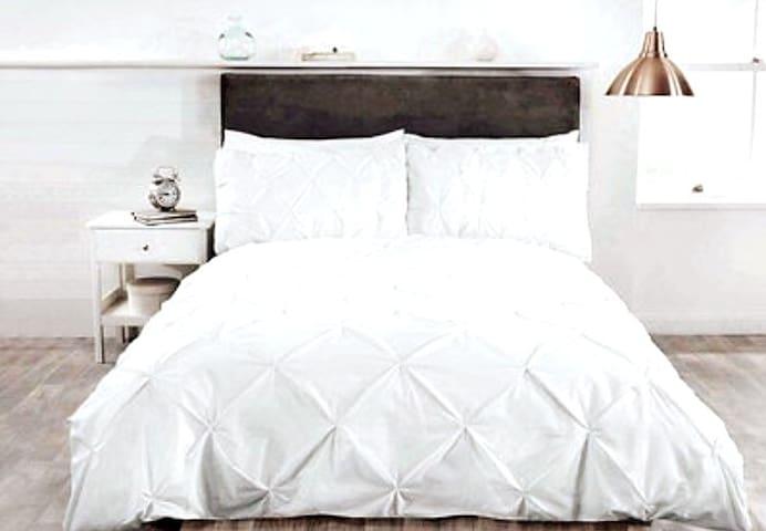 Stunning New, 2 Bed Modern Apt + Balcony