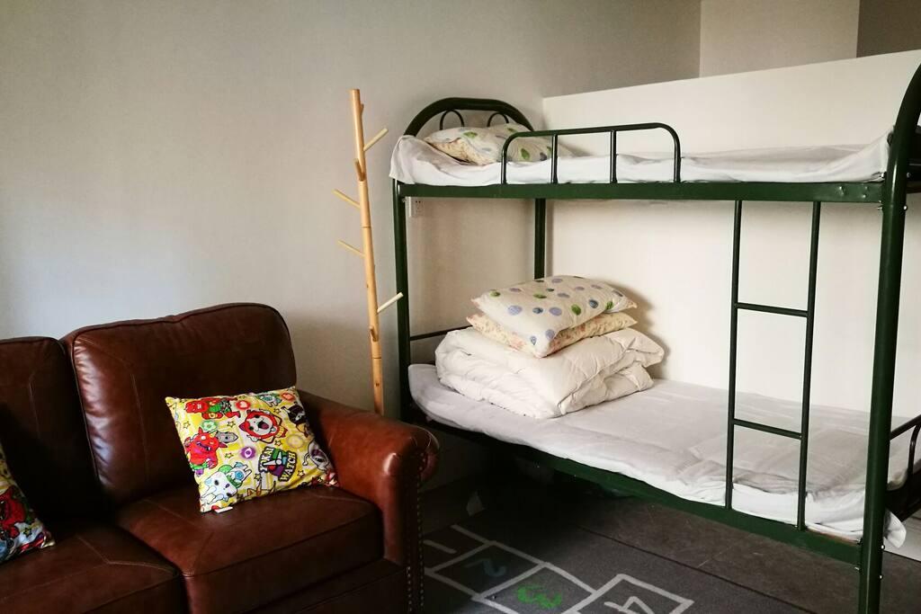 卧室1:高低床一张,Abbyson双人皮沙发一张,美国twinstar橡木壁炉一座。