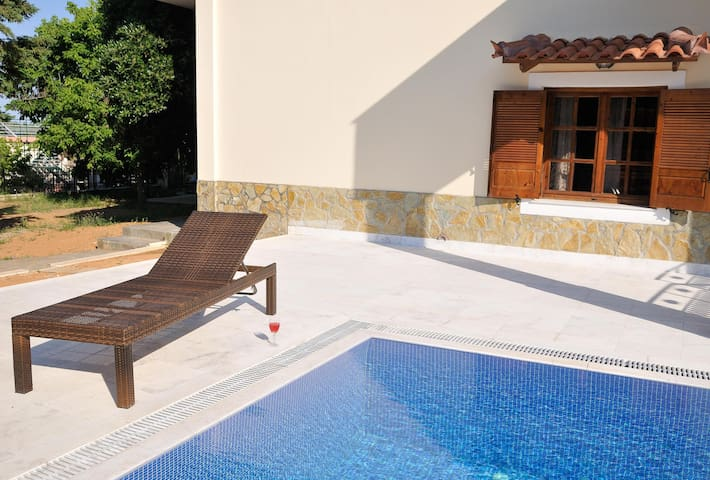 Family Maisonette with Pool, near the Beach