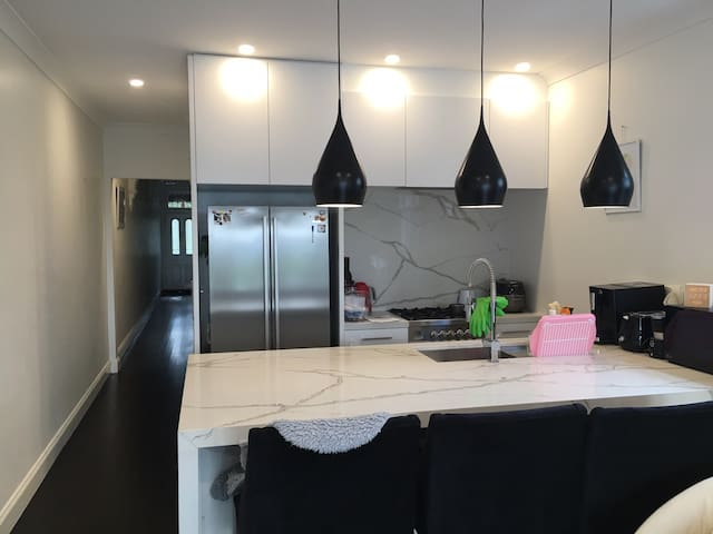 Prime Location 4 min walk from Bondi Jct station!