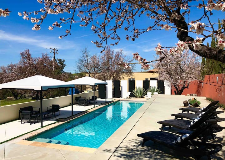 Spanish Retreat- pool, pizza oven, fire pit, spa