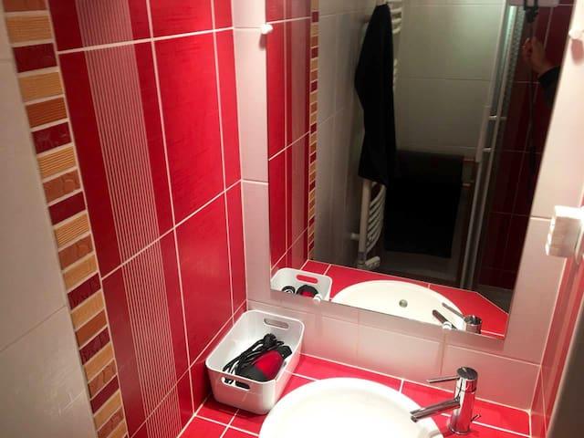 Salle de bain wc  Avec grande douche  d angle lavabo Sèche serviette