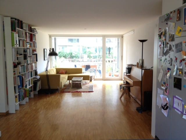 Bright room with balcony! Own bathroom, breakfast - Zúrich - Departamento
