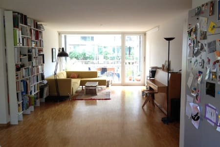 Bright room with balcony! Own bathroom, breakfast - Zurique - Apartamento
