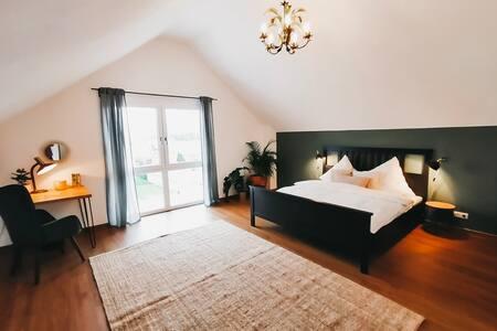Stilvolles Privatzimmer mit Schwarzwaldblick + Bad