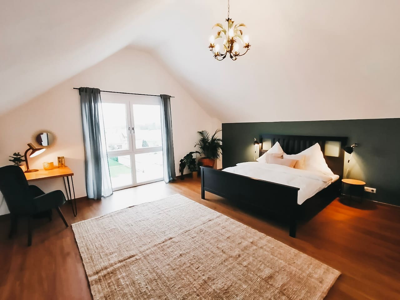 • Privatzimmer mit King Size Bett (180x200) • Private room with king size bed (180x200)