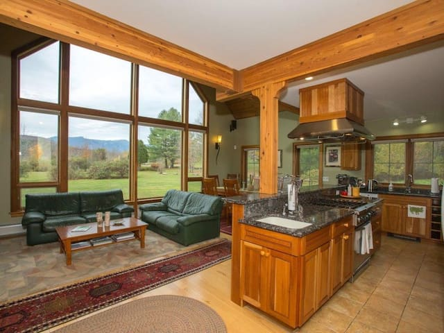 Large Stowe home sleeps 10 Hot Tub