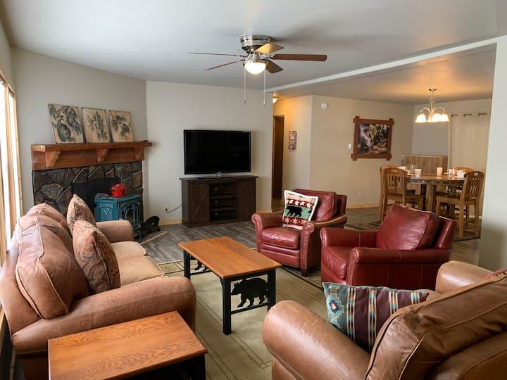 Road Runner Retreat - 3 bedroom/ 2bath / sleeps 8/ In Town/ Pet Friendly/ Wood Cabin/ Wifi/ RiverView