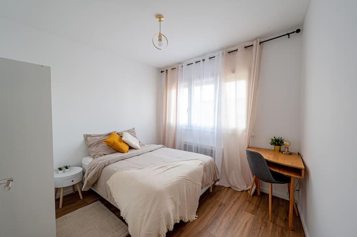 Chambre spacieuse avec rangement et bureau