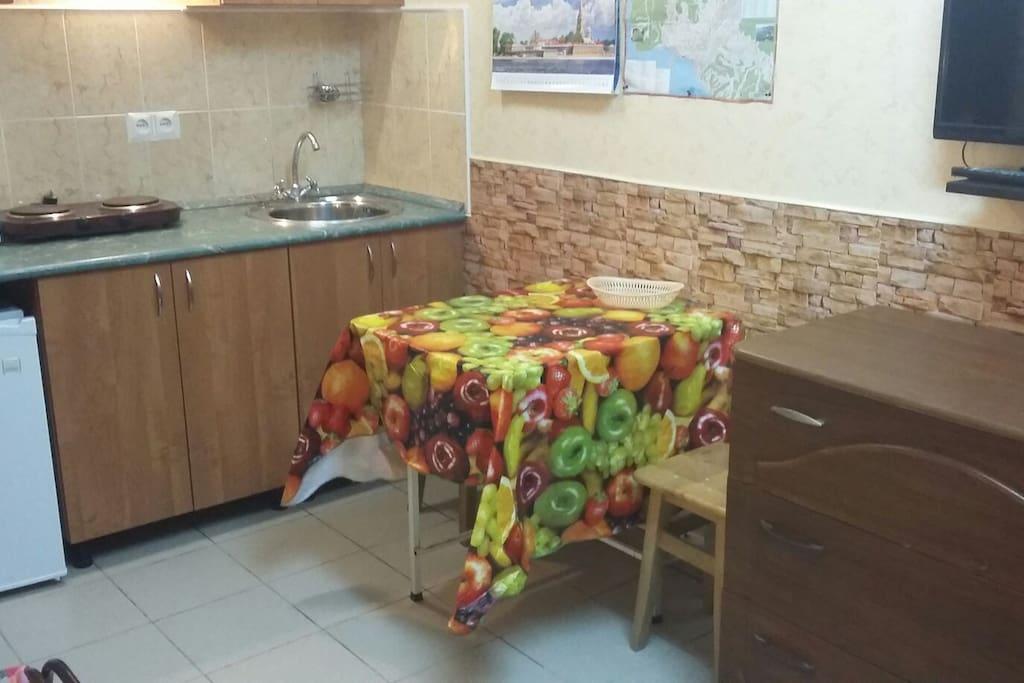Мини кухня с обеденным столиком