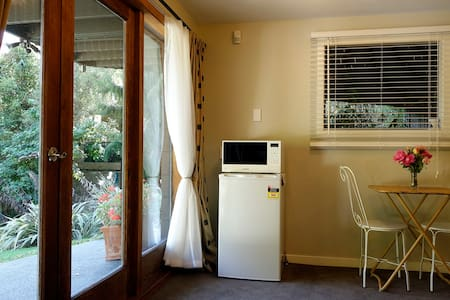 Private and Tranquil retreat - 10mins from City. - Christchurch