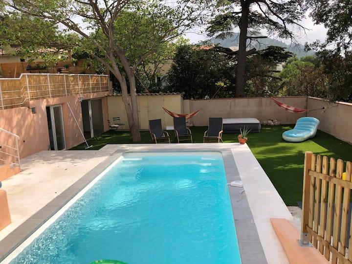 Studio indépendant donnant sur piscine