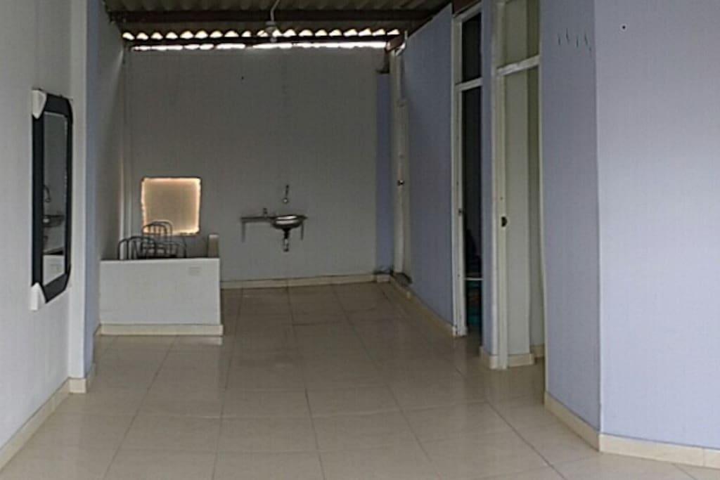 Sala, comedor y espacio para cocina.