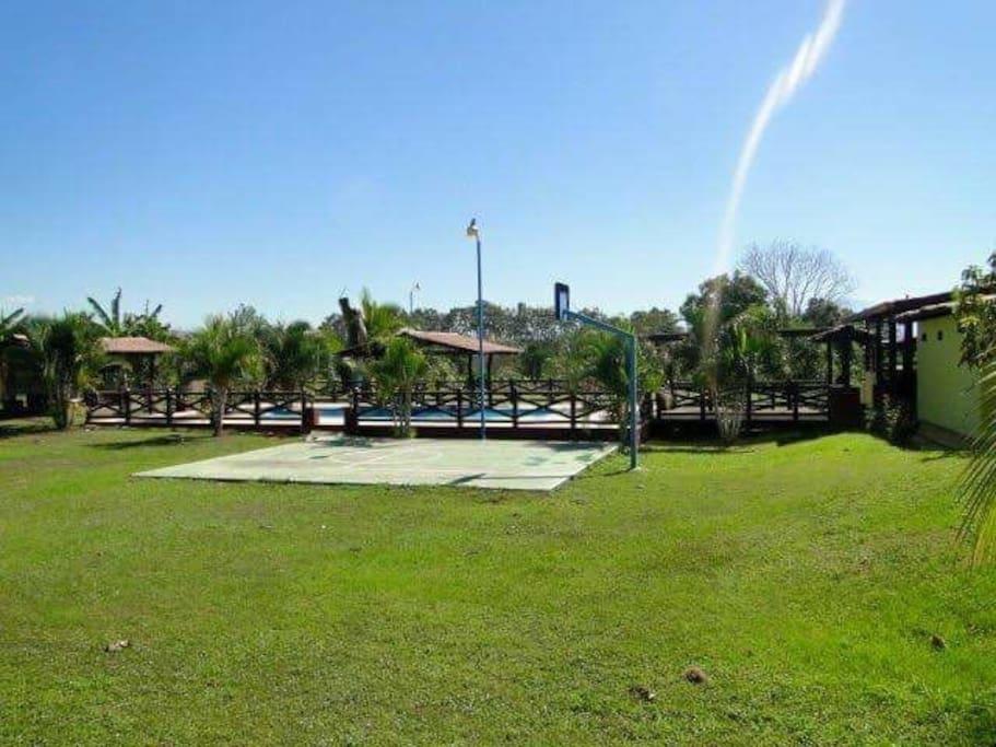 Extensos jardines y cancha de básquetbol