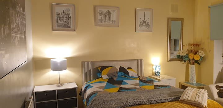 Large double room. Weekends availability.
