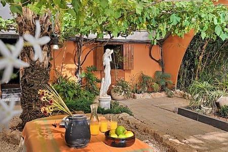 Pink - El Hatavor Enchanted Garden - Shadmot Dvora - Blockhütte